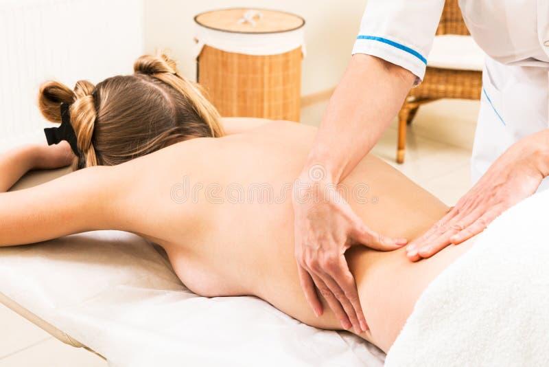 Massage in schoonheidssalon royalty-vrije stock fotografie