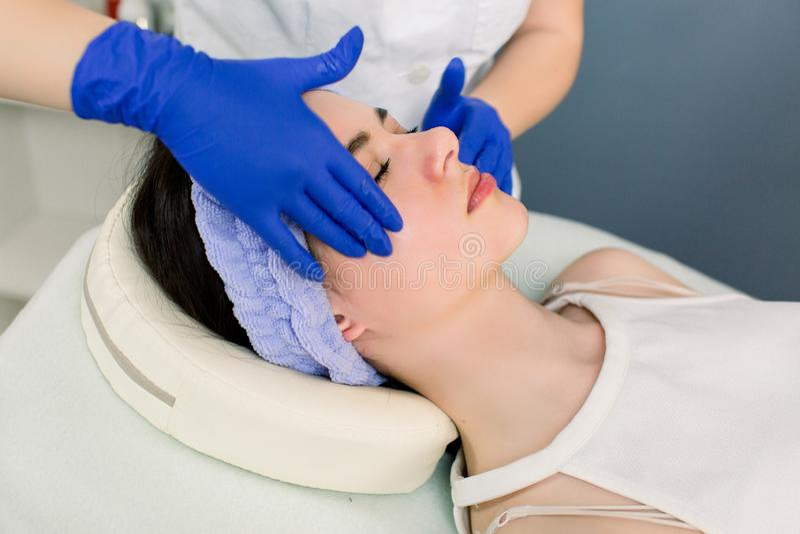 Massage Spa το σώμα χαλαρώνει την έννοια θερέτρου διακοπών υγειονομικής περίθαλψης ομορφιάς ευχαρίστησης επεξεργασίας υπολοίπου Ε στοκ εικόνα με δικαίωμα ελεύθερης χρήσης