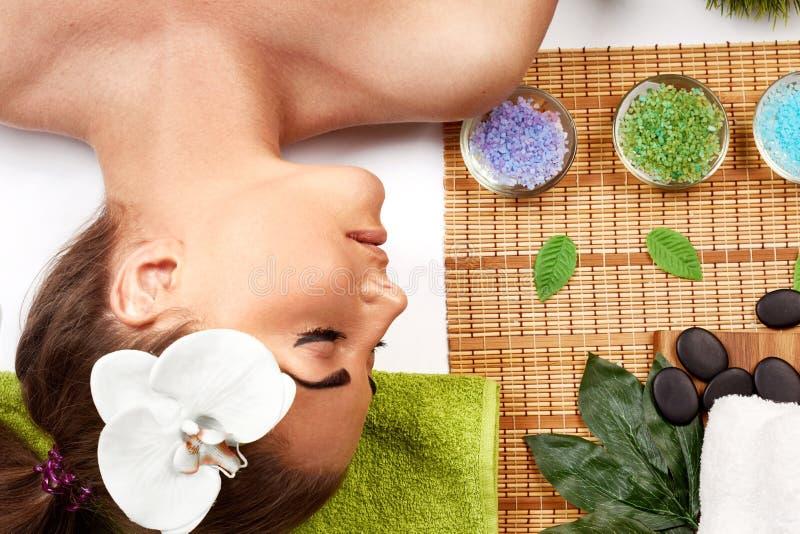 massage Spa Brunettmodell som får massagebrunnsortbehandling, händer som arbetar på att massera den kvinnahuvudet och framsidan arkivbild
