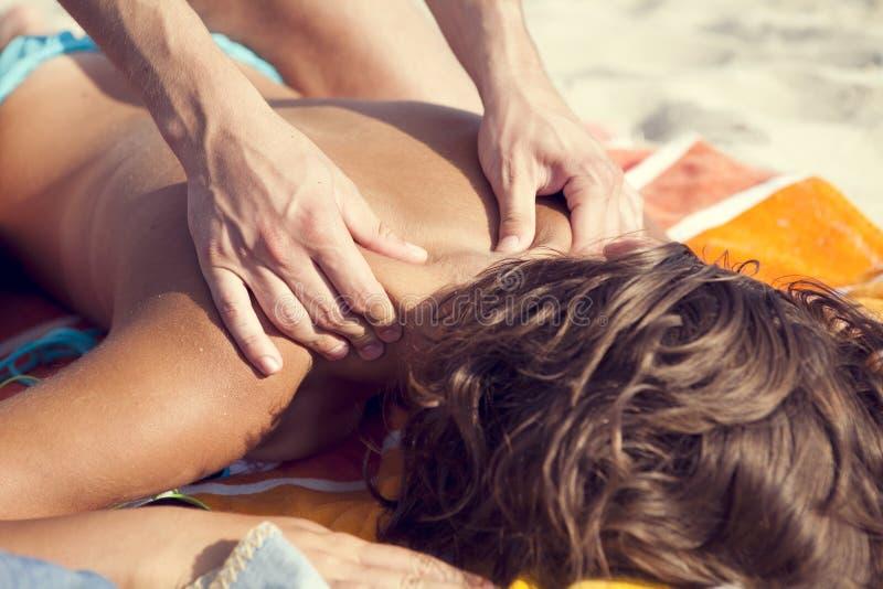 Massage sur la plage photo libre de droits