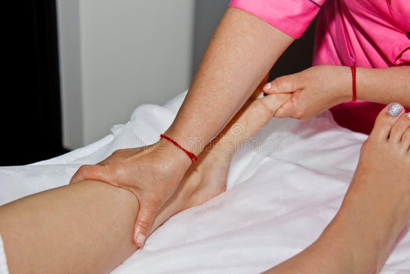 Massage thérapeutique professionnel de pied Le docteur de femme masse l'athlète dans une salle de massage Corps et soins de sant? photo stock