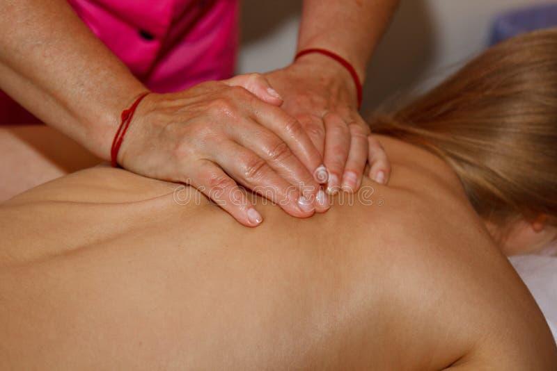 Massage thérapeutique professionnel du dos et du cou le docteur de femme masse l'athlète de fille dans une salle de massage Corps image stock