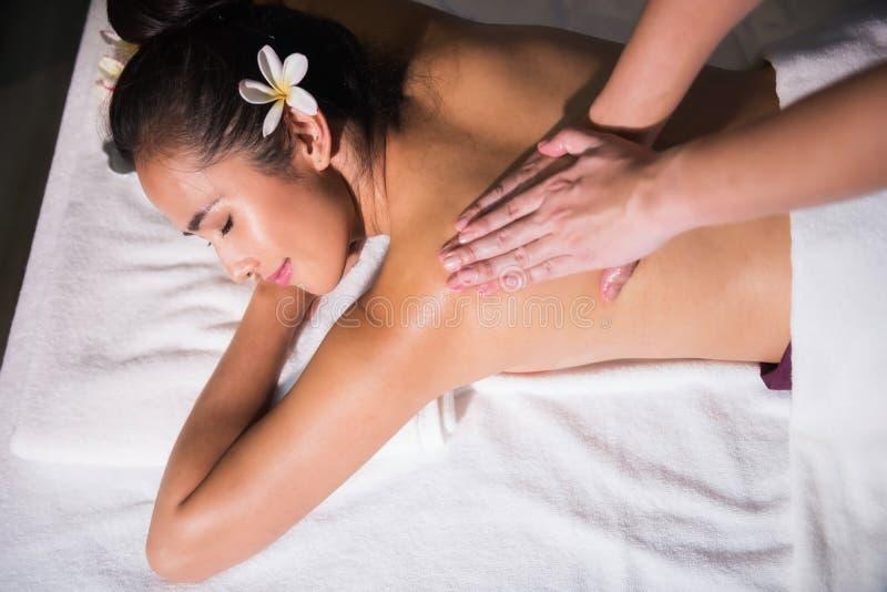 Massage thaïlandais d'huile à la femme bronzage d'Asiatique photos stock