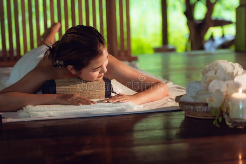 Massage thaïlandais de station thermale de corps de thérapeute de filles et relaxation menteuse dans le massage d'affaires et le  images stock