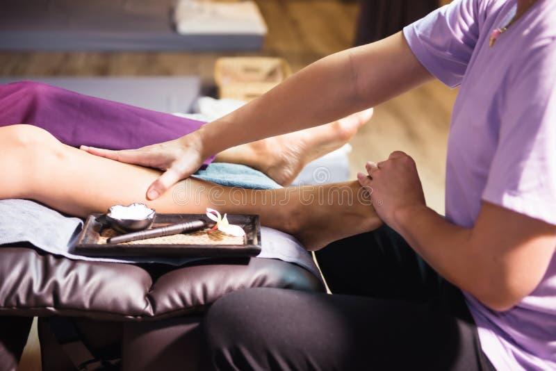 Massage tha?landais de pied et de jambe images stock