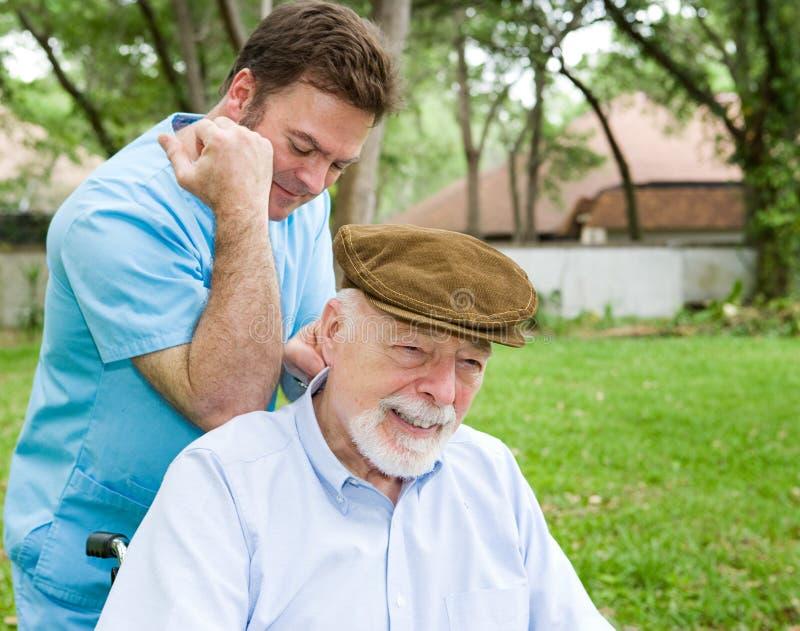 Massage-Therapeut mit Klienten lizenzfreie stockfotos