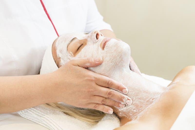 Massage- und Gesichtsbehandlungsschalen am Salon stockfoto