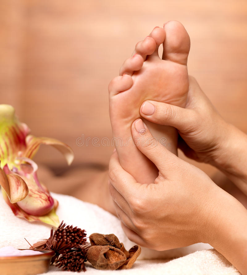 Massage van menselijke voet in kuuroordsalon stock fotografie