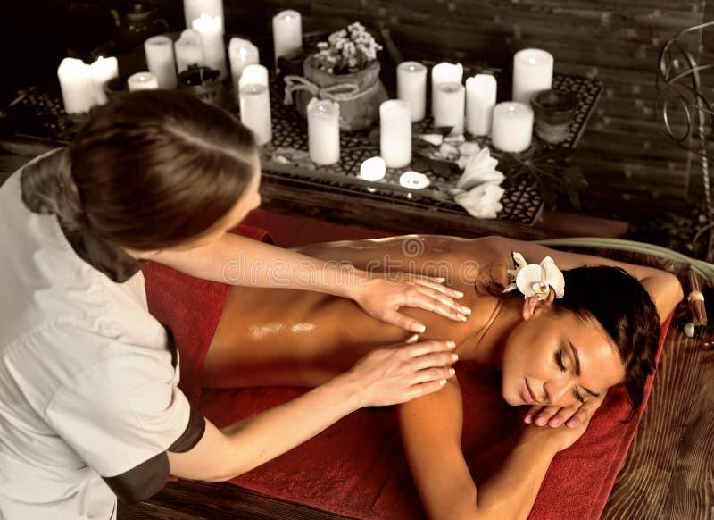 Massage van vrouw in kuuroordsalon Luxary binnenlandse oosterse therapie royalty-vrije stock fotografie
