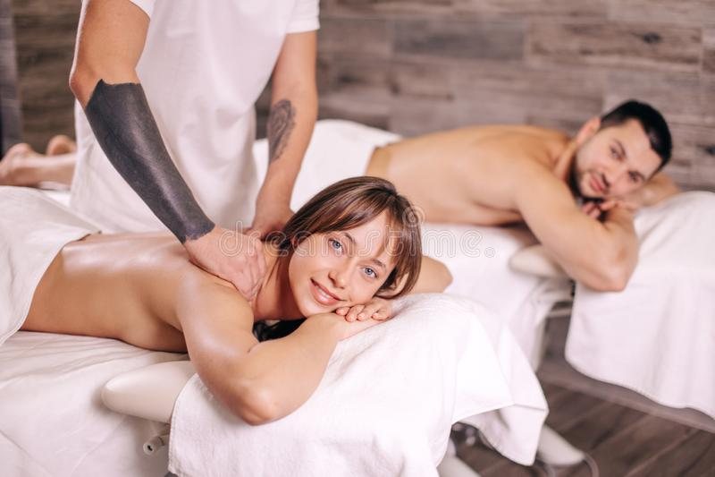 Massage voor een familie ontspannende massage voor het houden van van paar bij Valentine-dag stock foto's