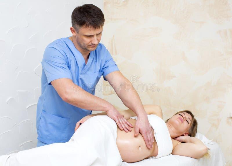 Massage zwangere vrouw stock afbeeldingen