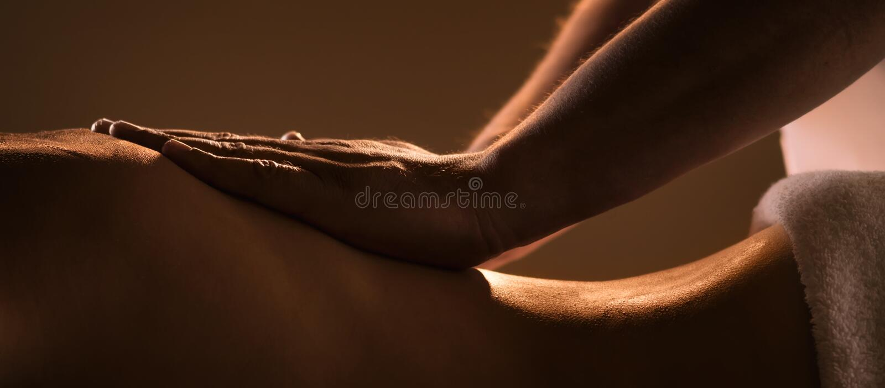 Massageclose-up met handen van professionele masseur royalty-vrije stock afbeelding