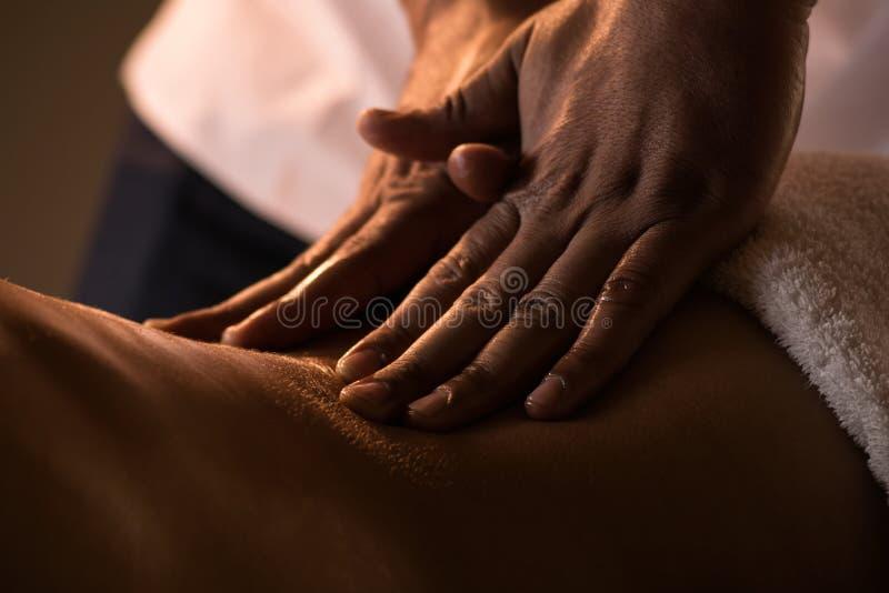 Massageclose-up met handen van professionele masseur stock foto