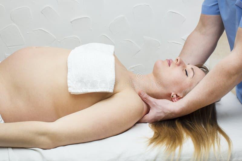 Massagegravid kvinna arkivbilder