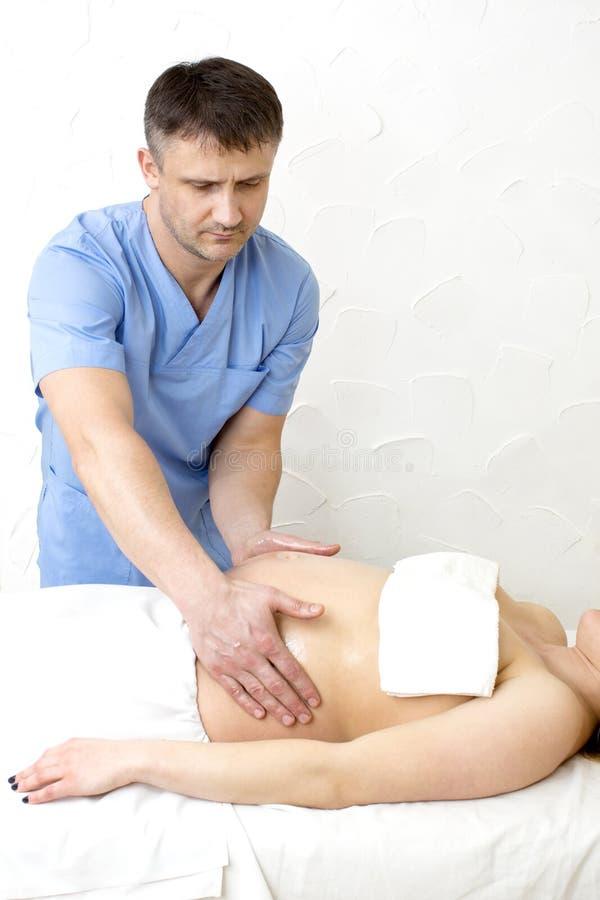 Massagegravid kvinna royaltyfri bild