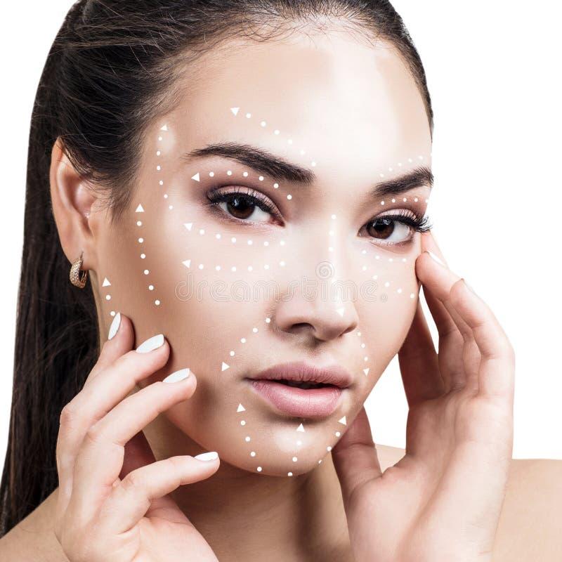 Massagelinjer på kvinnlig framsida med vitiligo visar riktningar royaltyfri foto