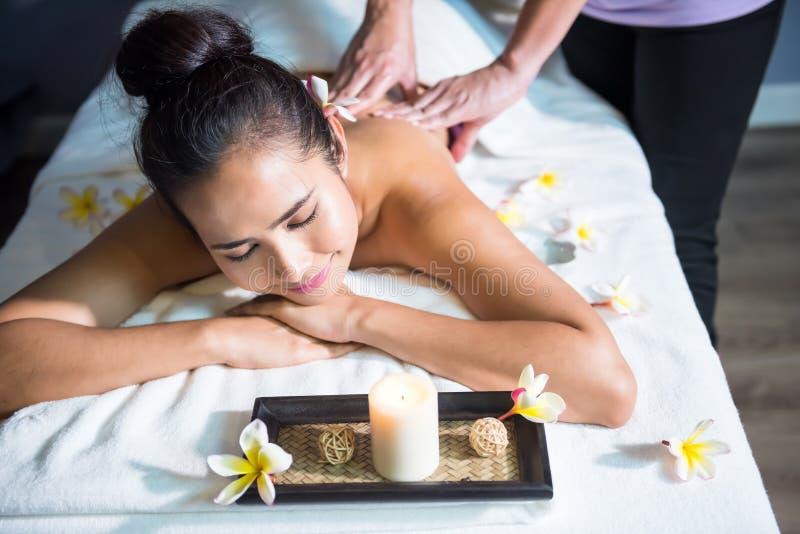 massagem bonita do óleo dos termas da mulher fotos de stock