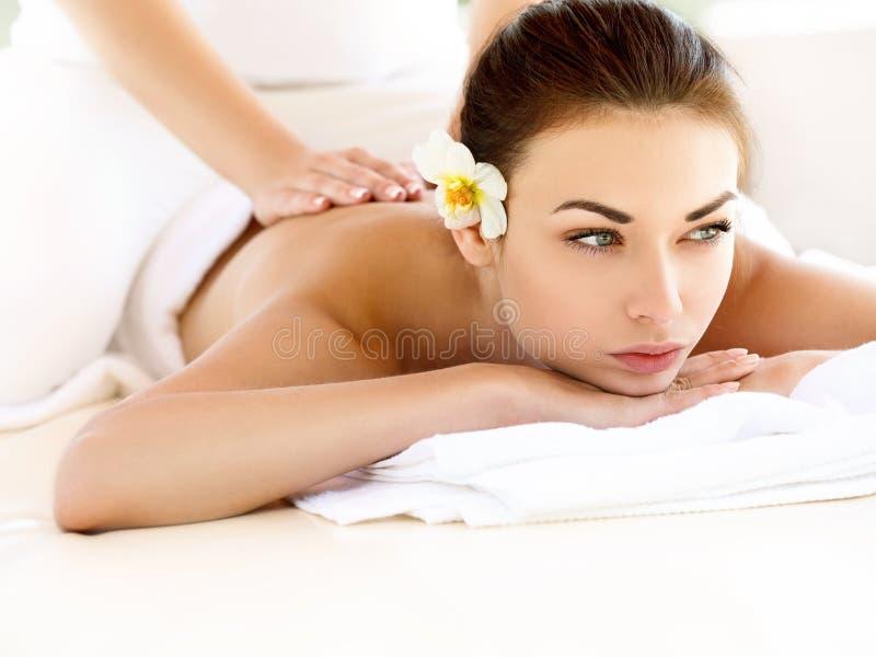 Massagem.  Close-up de uma mulher bonita que obtém o tratamento dos termas imagem de stock