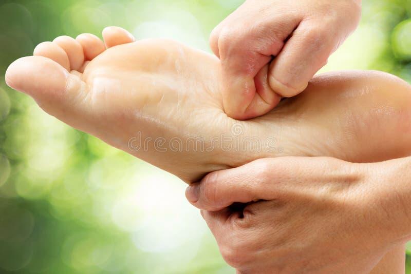 Massagem cura do pé contra o fundo verde foto de stock royalty free