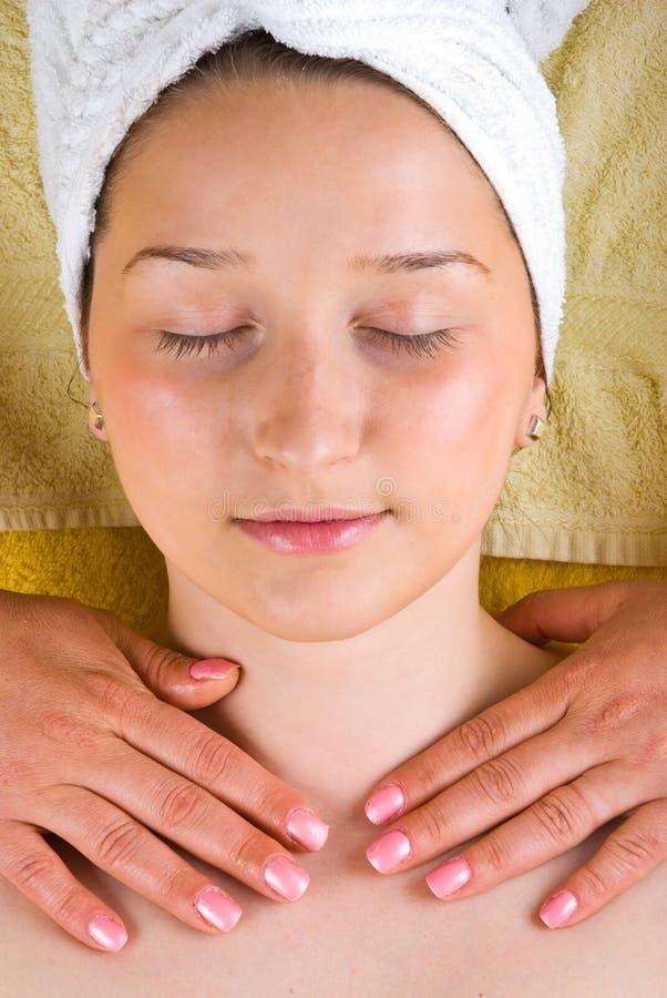 Massagem da garganta da mulher nova no salão de beleza dos termas foto de stock