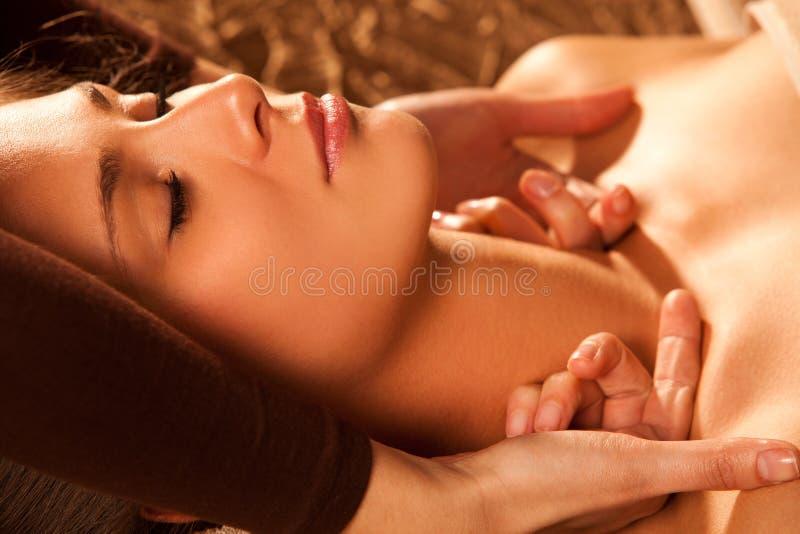 Massagem da garganta e de face fotos de stock royalty free