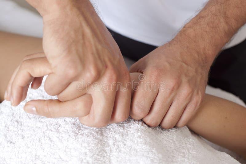 Massagem da mão foto de stock