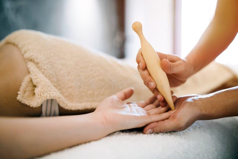 Massagem da mão e da palma imagem de stock