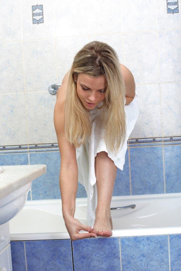 Massagem da mulher dos pés imagem de stock royalty free