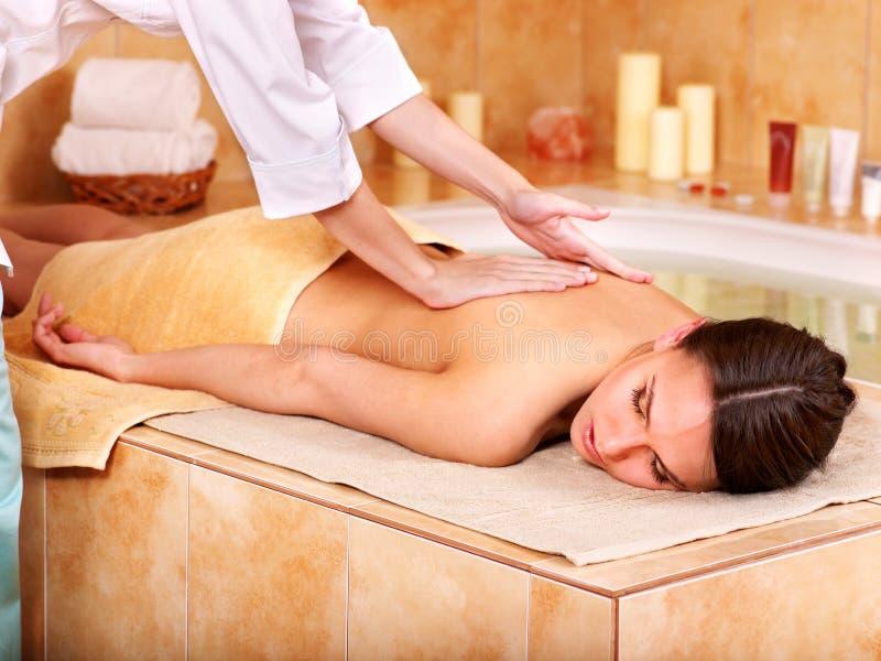 Massagem da mulher em termas da beleza. fotografia de stock royalty free