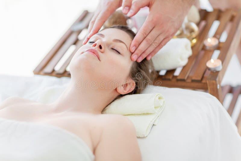 Massagem de cara fotografia de stock royalty free
