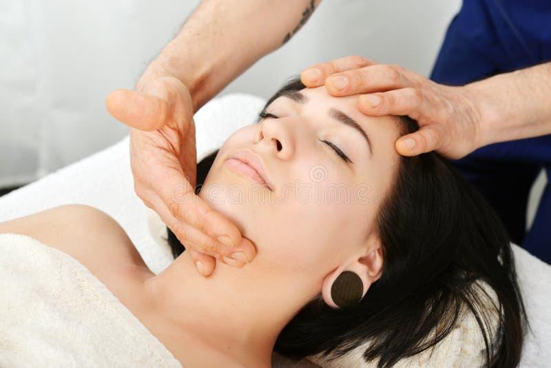 Massagem de cara fotos de stock royalty free