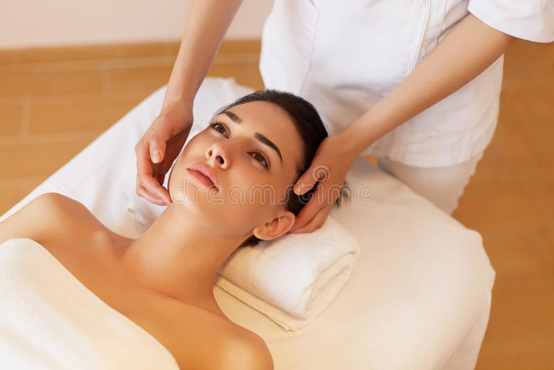 Massagem de cara Close-up de uma jovem mulher que obtém o tratamento dos termas imagens de stock royalty free