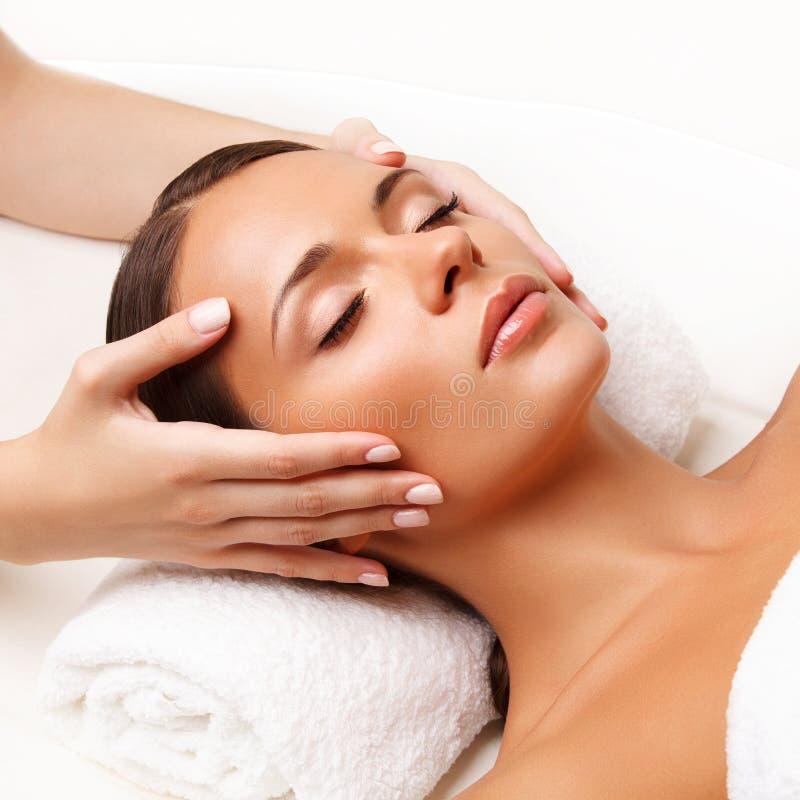 Massagem de cara. Close-up de uma jovem mulher que obtem o tratamento dos termas. fotografia de stock