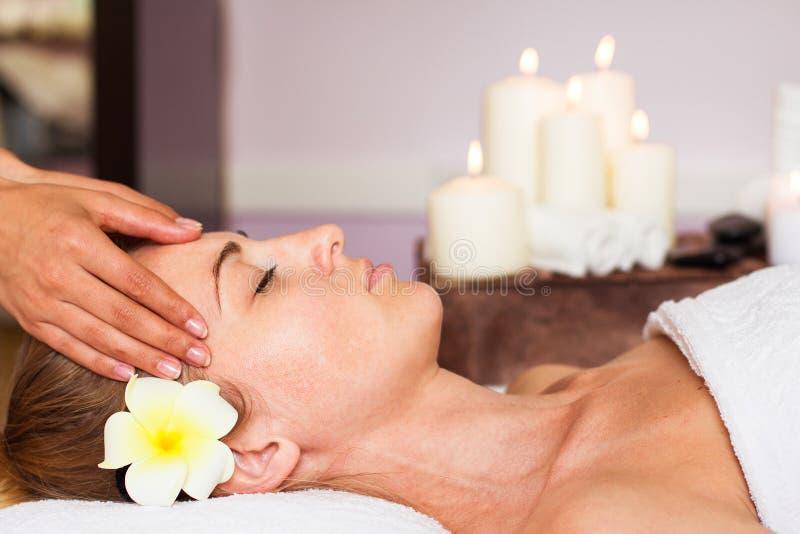 Massagem de cara Close-up de uma mulher bonita que obtém termas Treatmen imagens de stock royalty free
