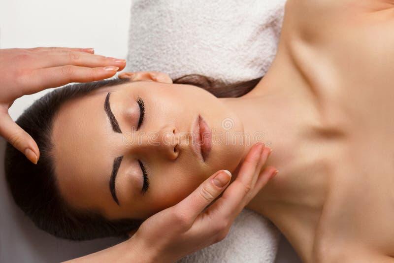 Massagem de cara Close-up de um tratamento de obten??o f?mea novo dos termas Cuidados com a pele da mulher Cuidado do corpo imagem de stock royalty free