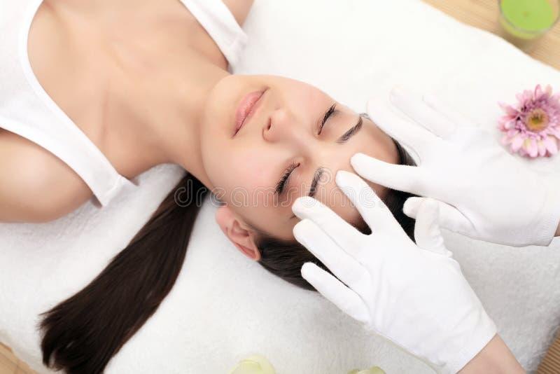 Massagem de cara Close-up de uma jovem mulher que obtém o tratamento dos termas fotos de stock