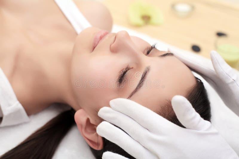 Massagem de cara Close-up de uma jovem mulher que obtém o tratamento dos termas fotos de stock royalty free