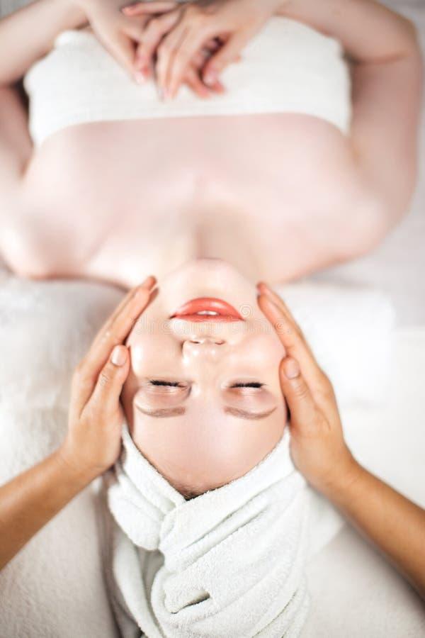 Massagem de cara Cuidado saudável da pele e do corpo foto de stock royalty free