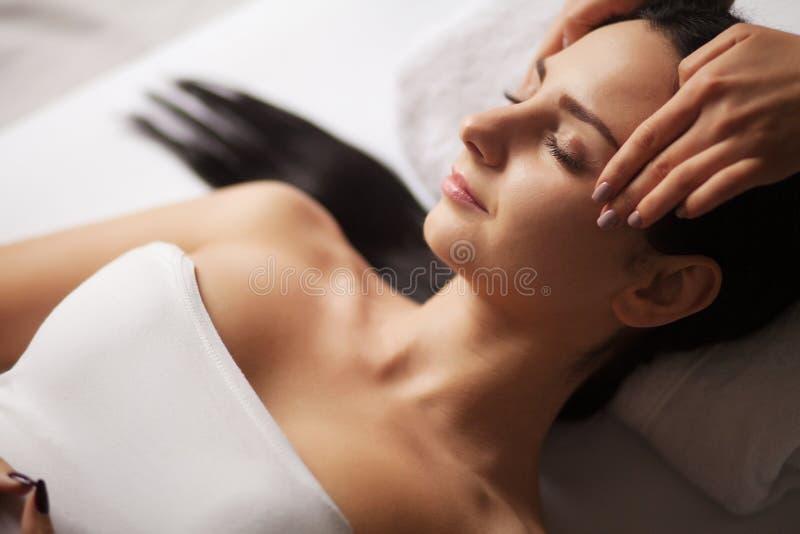 Massagem de cara dos termas Tratamento facial Salão de beleza dos termas terapia foto de stock royalty free