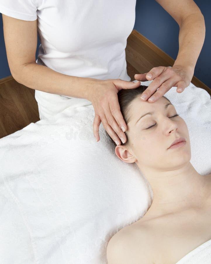 Massagem de cara energética do acupressure fotografia de stock royalty free