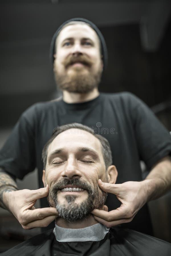 Massagem de cara no barbeiro imagens de stock