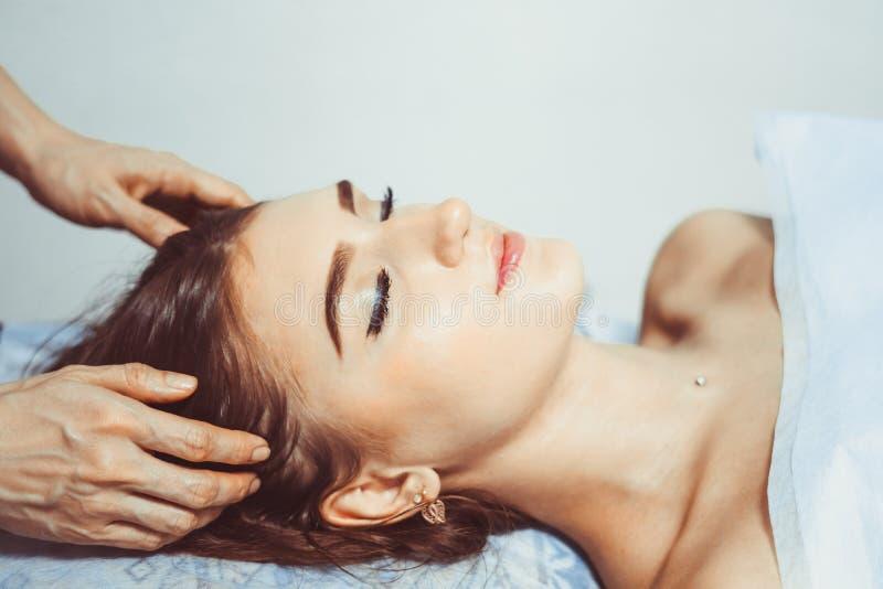 Massagem de cara no salão de beleza dos termas imagem de stock royalty free