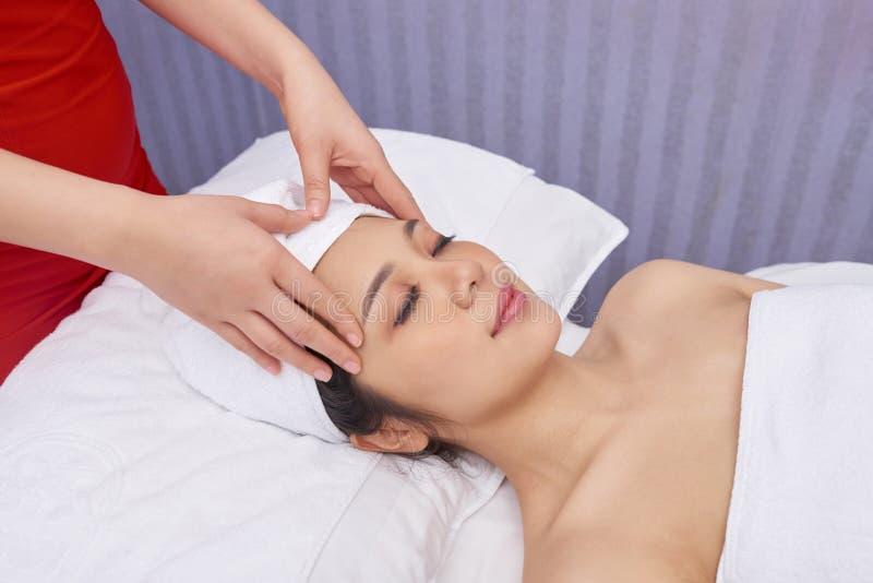 Massagem de cara no salão de beleza imagem de stock royalty free