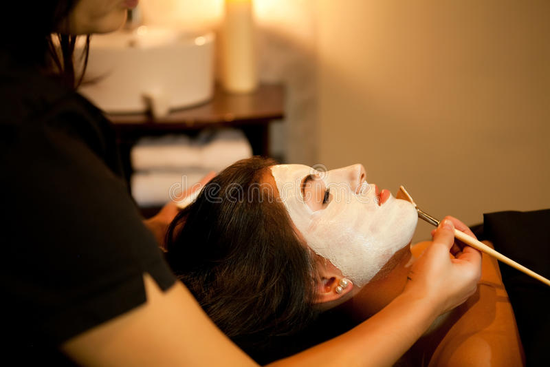 Massagem de cara. Tratamento dos termas. foto de stock royalty free