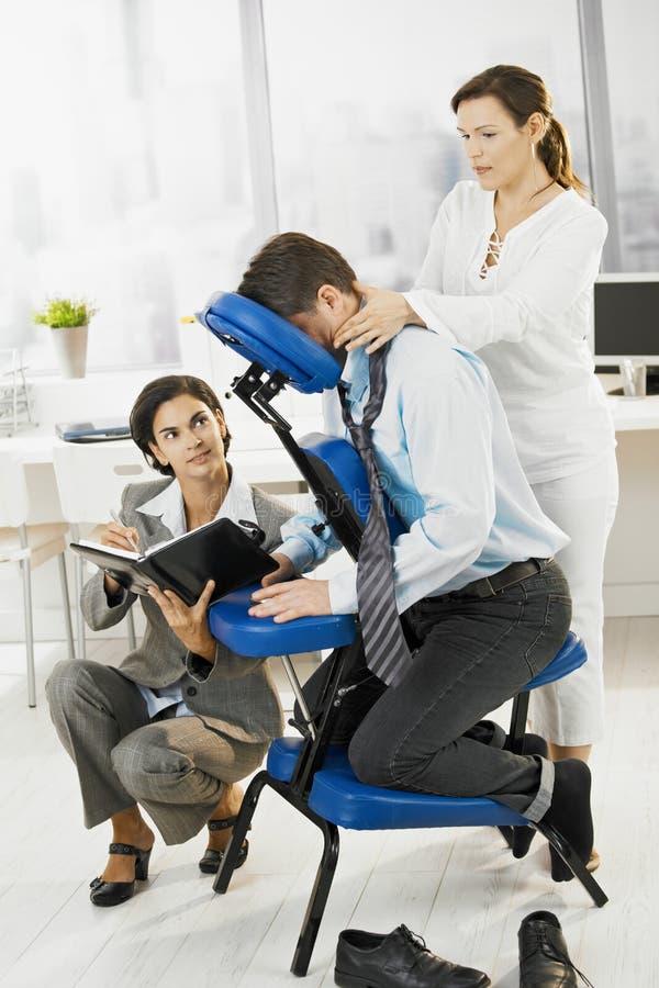 Massagem de obtenção executiva ocupada no escritório fotografia de stock royalty free