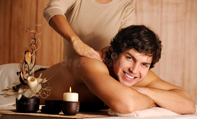Massagem de obtenção masculina do abrandamento foto de stock royalty free