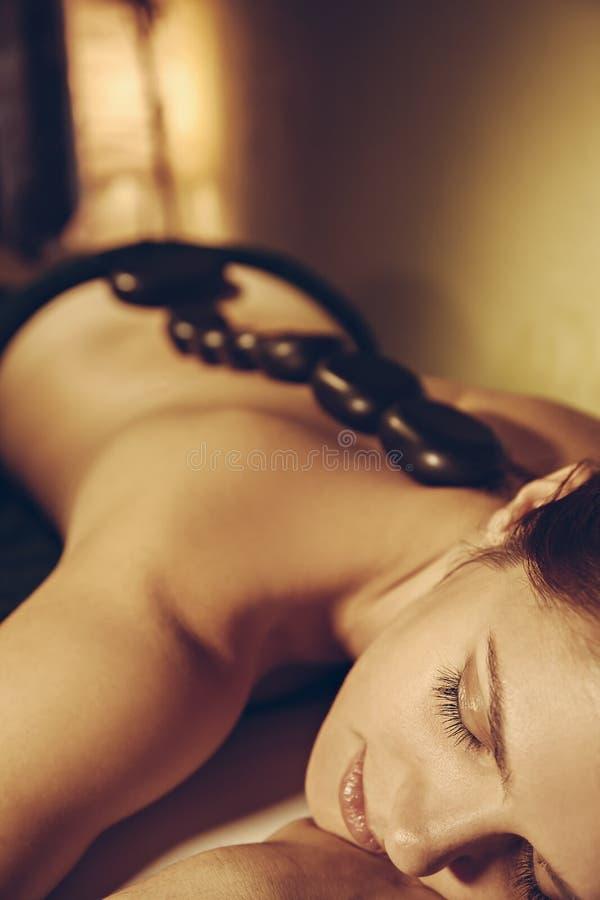 Massagem de pedra quente fotos de stock