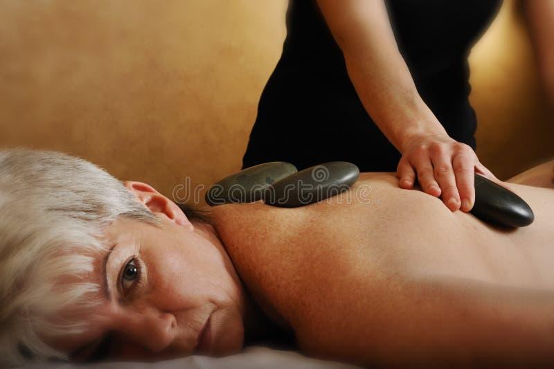 Massagem de pedra quente dos termas sênior da saúde foto de stock royalty free