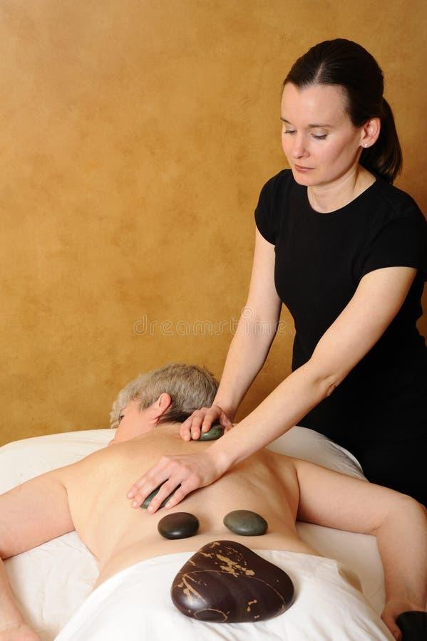 Massagem de pedra quente sênior da saúde e da aptidão foto de stock royalty free