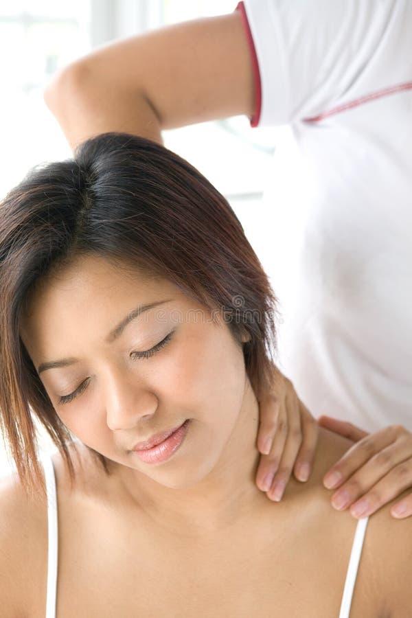 Massagem de recepção paciente fêmea do ombro imagem de stock royalty free